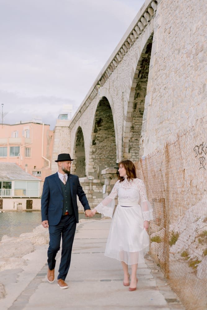 elopement-provence-Marseille-wedding bridegrooms walking in marseille street
